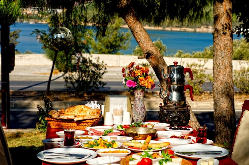 bodrumda kahvaltı yeşil bahçe